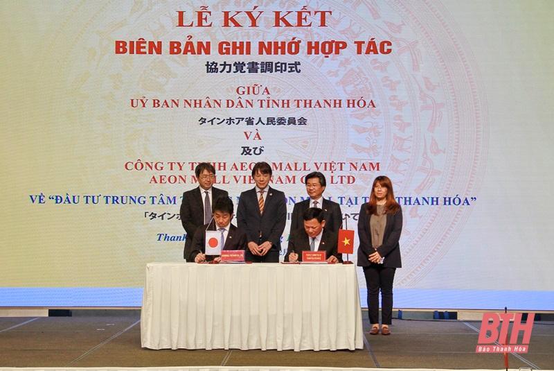 Đại diện tỉnh Thanh Hoá và Aeon Việt Nam trao biên bản ghi nhớ hợp tác hôm 11/12. Ảnh: Thanhhoa.gov.