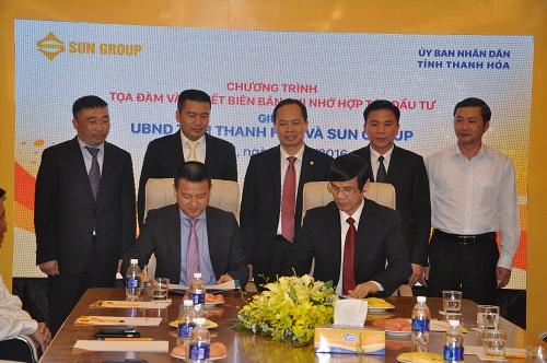 Các đồng chí Thường trực Tỉnh ủy và lãnh đạo Tập đoàn Sun Group chứng kiến lễ ký kết biên bản ghi nhớ hợp tác đầu tư giữa UBND tỉnh Thanh Hóa và Tập đoàn Sun Group.(Ảnh: Phạm Ngọc)