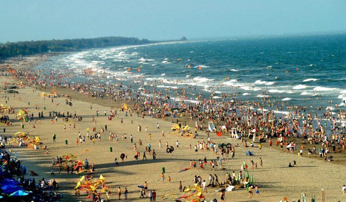 Vào mùa hè thì bãi biển Sầm Sơn luôn là điểm đến hấp dẫn của người dân cả nước
