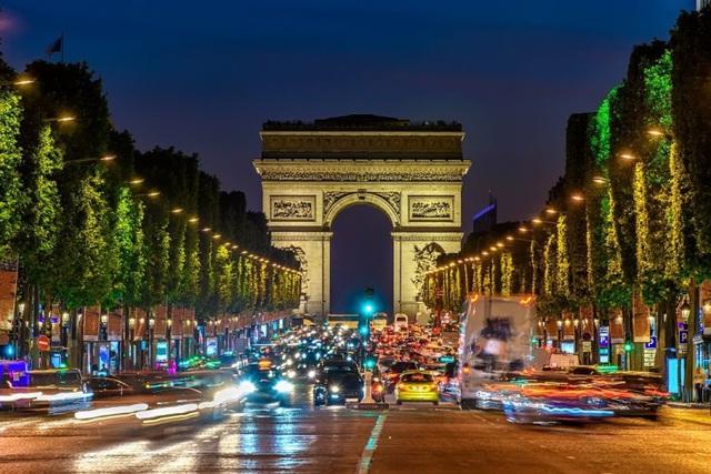 Đại lộ Champs-Élysées lung linh về đêm (nguồn: Shutterstock)