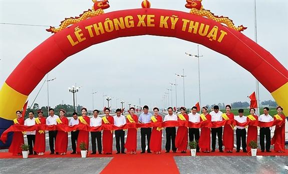 Đại tướng Lương Cường và các đại biểu cắt băng thông xe kỹ thuật dự án đường giao thông nối TP Sầm Sơn với Khu kinh tế Nghi Sơn (giai đoạn 1).