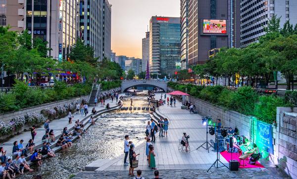 Dòng suối Cheonggyecheon được cải tạo, trở thành địa điểm dạo bộ, thư giãn, vui chơi lý tưởng của người dân Seoul và du khách